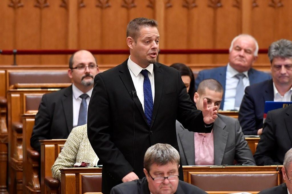 Keresztes László Lóránt, az LMP frakcióvezetője a Parlamentben.
