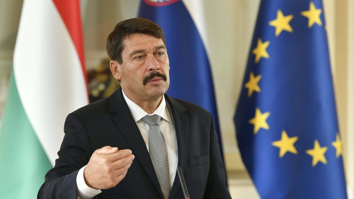 Áder János köztársasági elnök a Borut Pahor szlovén államfővel tartott sajtótájékoztatón Ljubljanában, az elnöki palotában 2018. október 19-én.