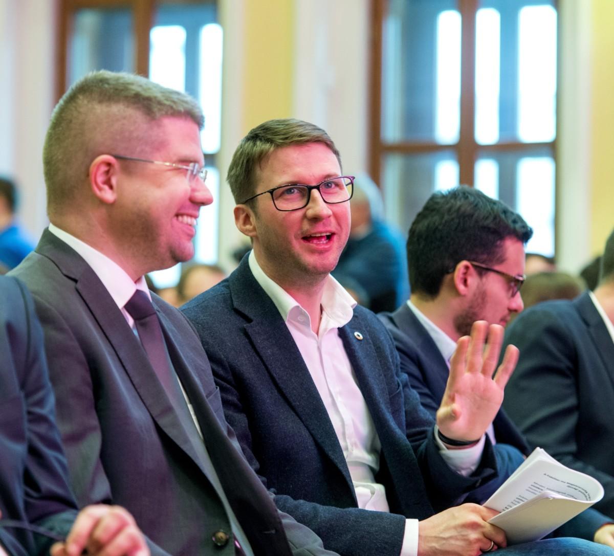 Ágh Péter, a Fidelitas korábbi elnöke (b) és Böröcz László, a szervezet jelenlegi elnöke, fideszes országgyűlési képviselők a Fidelitas kongresszusán a soproni Liszt Ferenc Konferencia és Kulturális Központban 2018. október 27-én.