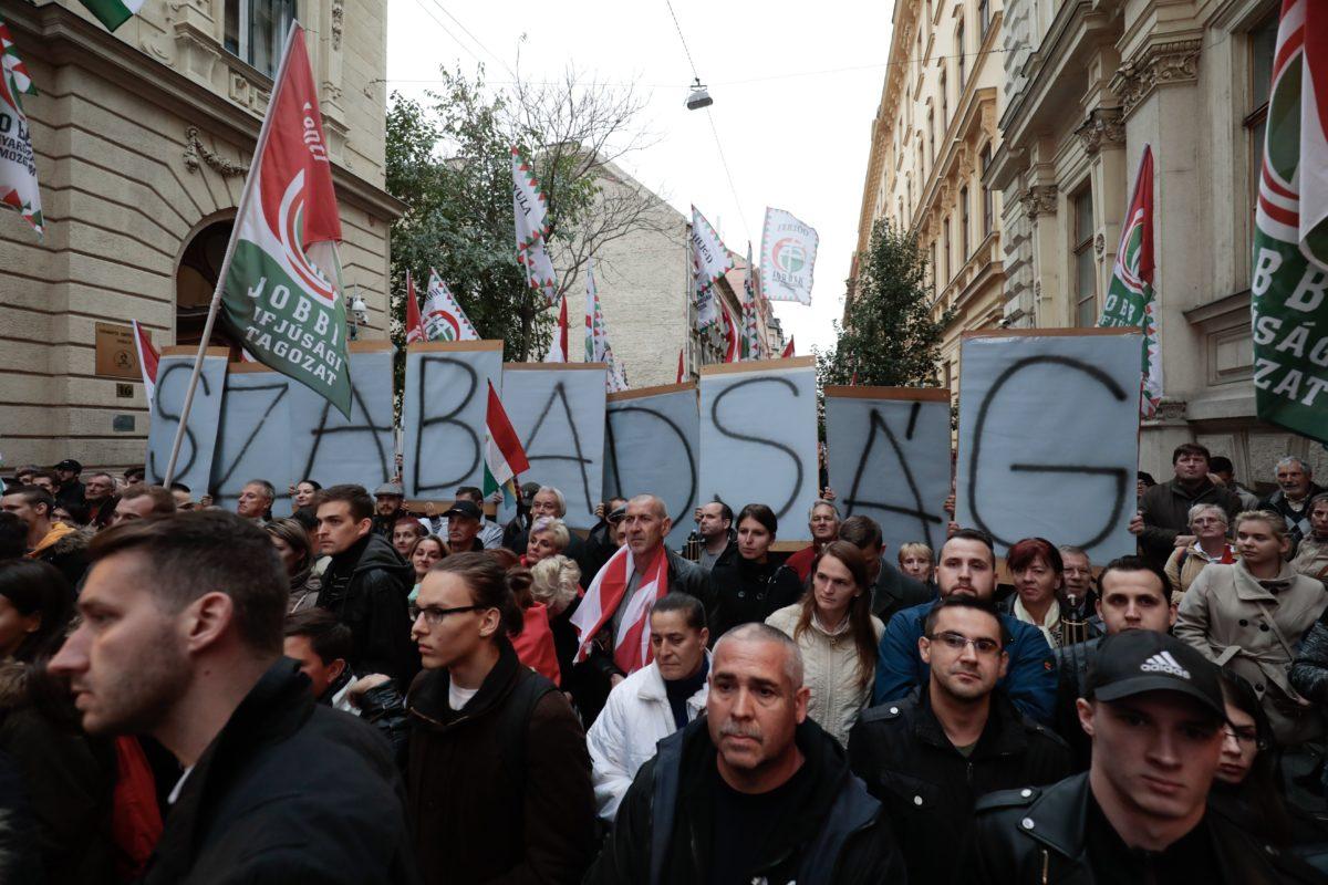 Részvevők a Mindenki a rádióhoz! - Az ellenállás napja címmel meghirdetett Jobbik rendezvényen az 1956-os forradalom és szabadságharc kitörésének 62. évfordulóján a Magyar Rádió Bródy Sándor utcai volt székházánál 2018. október 23-án.