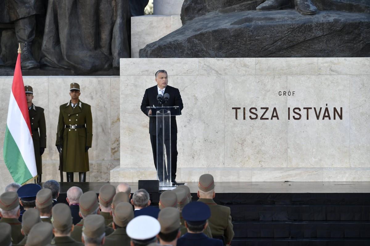 Orbán Viktor miniszterelnök beszédet mond Tisza István emlékművénél a budapesti Kossuth téren 2018. október 31-én. Tisza István egykori miniszterelnököt 100 éve, 1918. október 31-én gyilkolták meg.