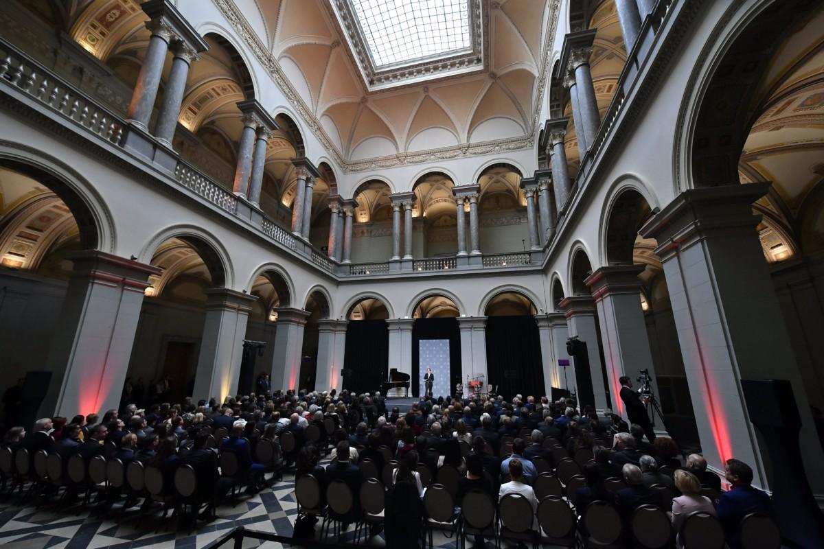 Baán László főigazgató (k) beszél a felújított Szépművészeti Múzeum nyitóünnepségén 2018. október 30-án. A múzeum október 31-én nyílik meg a nagyközönség előtt a három éven át tartó, átfogó rekonstrukció után.