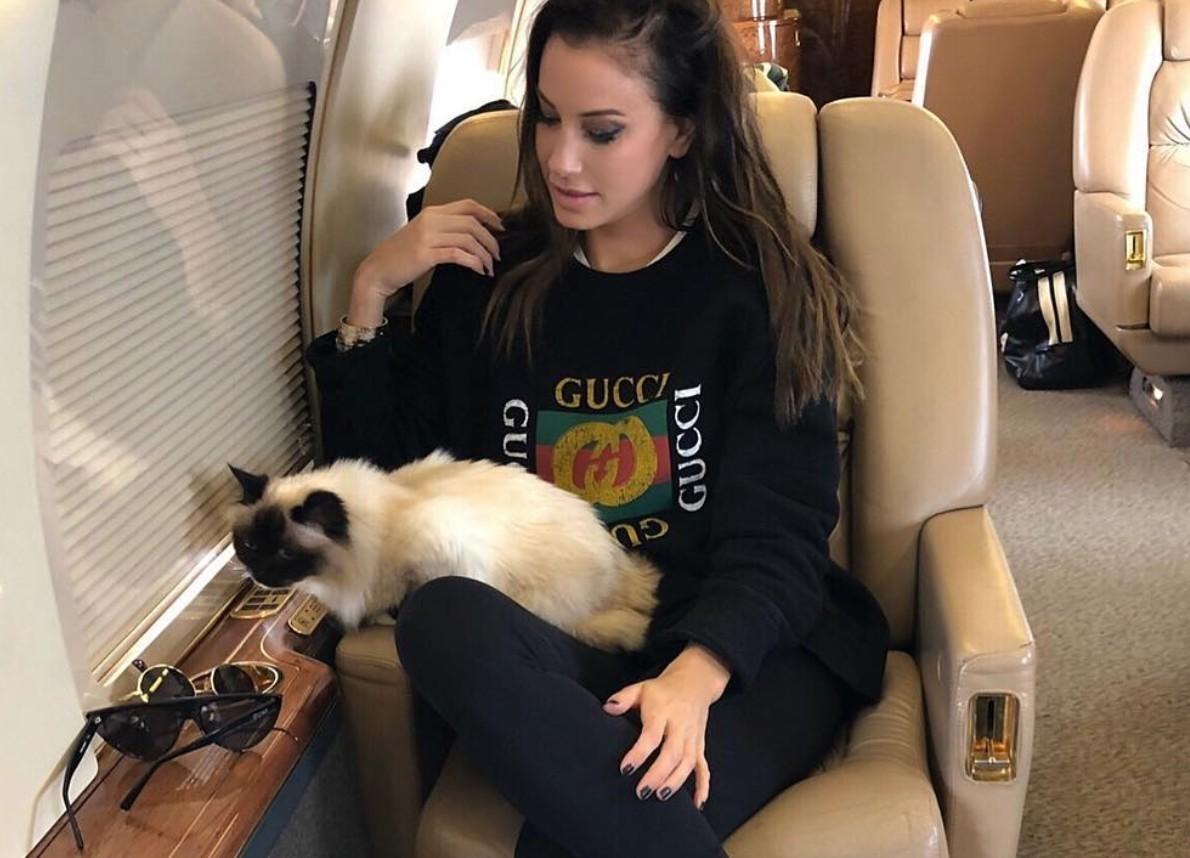 Vajna Tímea magángéppel viszi a macskáját Los Angelesbe állatorvoshoz