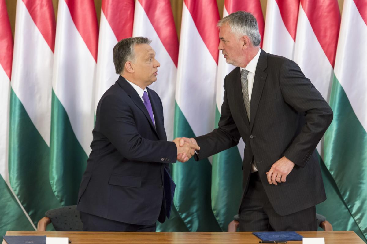 Páva Zsolt épp lekezel Orbán Viktorral egy 2017-es találkozón.