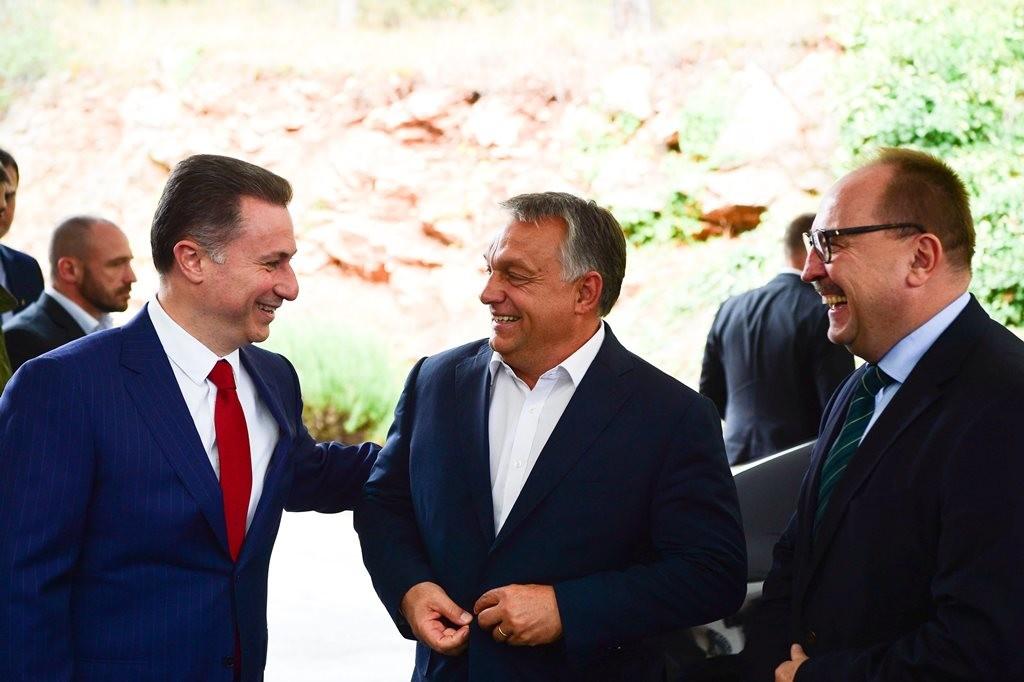 Orbán Viktor Macedóniában 2017 szeptemberében, balról Nikola Gruevszki lapogatja a karját.