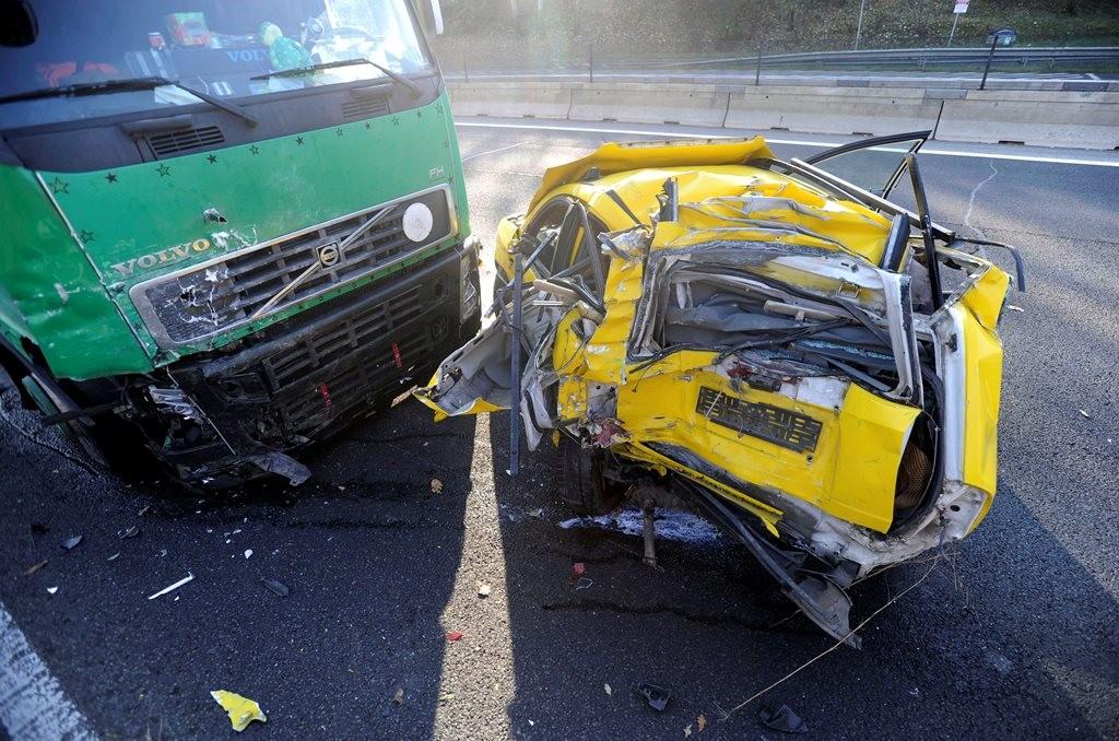 Sérült járművek az M3-as autópálya Budapest felé vezető oldalán, Gödöllő közelében, miután egy kamion álló személygépkocsiba rohant 2018. november 6-án.