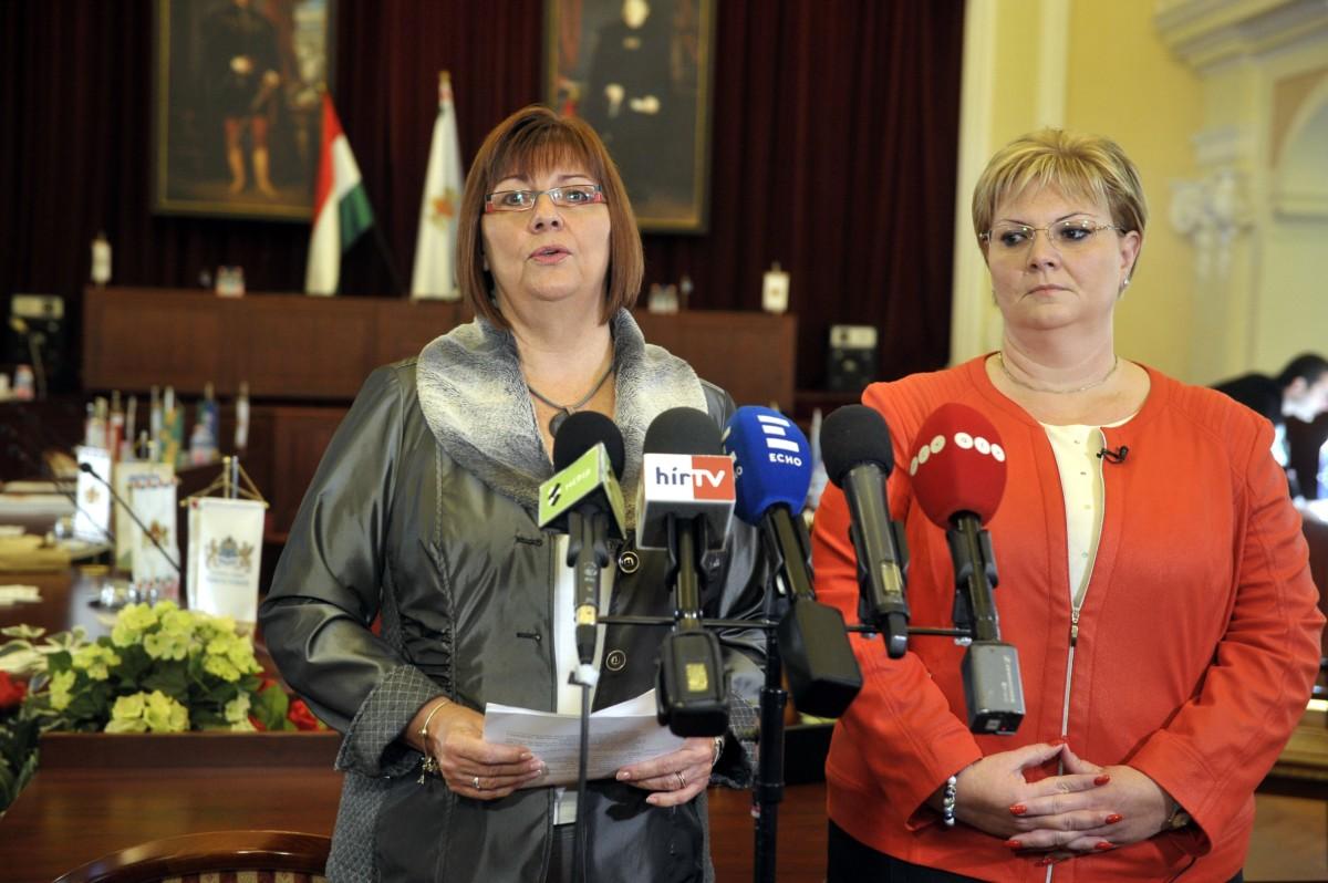 Gy. Németh Erzsébet, a DK képviselõje és Németh Angéla, a XV. kerület polgármestere, fõvárosi képviselõ sajtótájékoztatót tart a Fõvárosi Közgyûlés ülése elõtt a Városháza dísztermében 2018. november 14-én.
