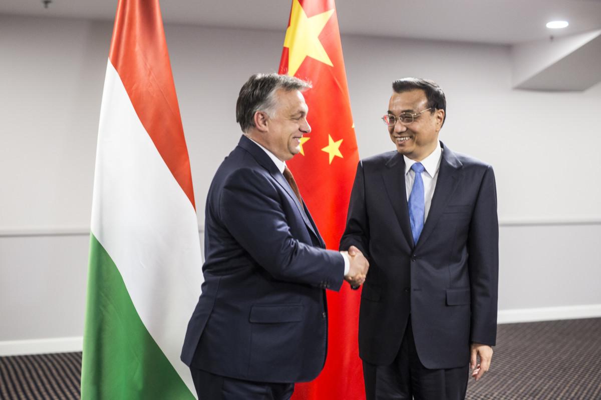 Orbán Viktor és Li Ko-csiang kínai kormányfő 2016-ban, Rigában.