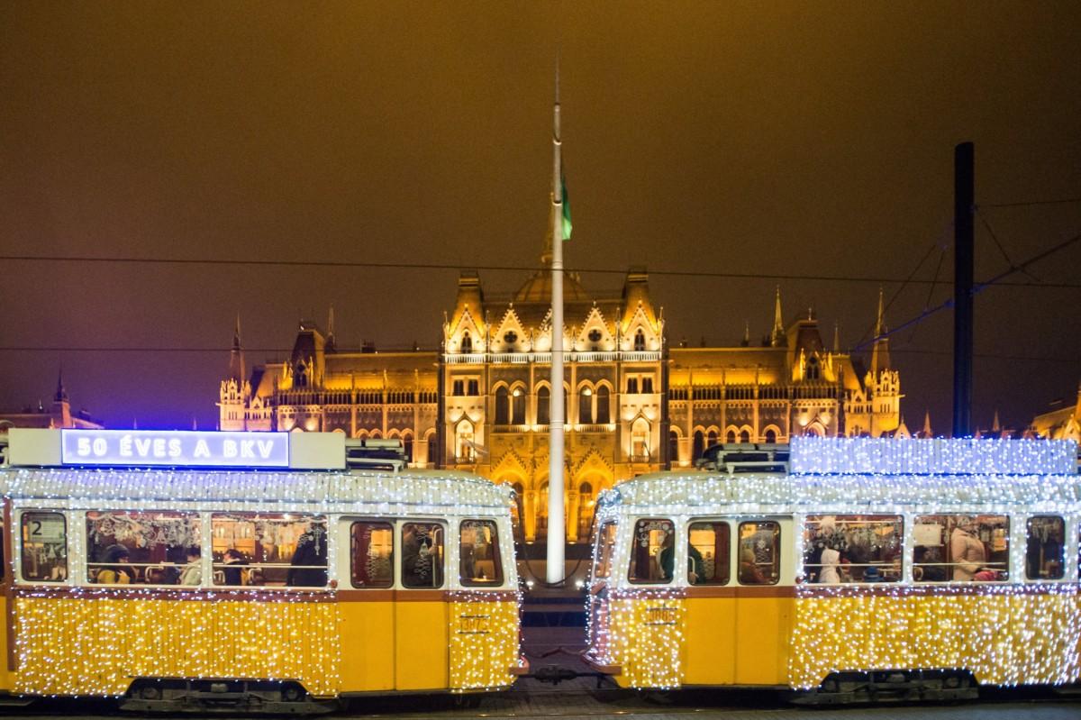 Fényfüzérekkel feldíszített Ganz UV típusú adventi fényvillamos a Parlament előtti Kossuth Lajos téren 2018. november 29-én.