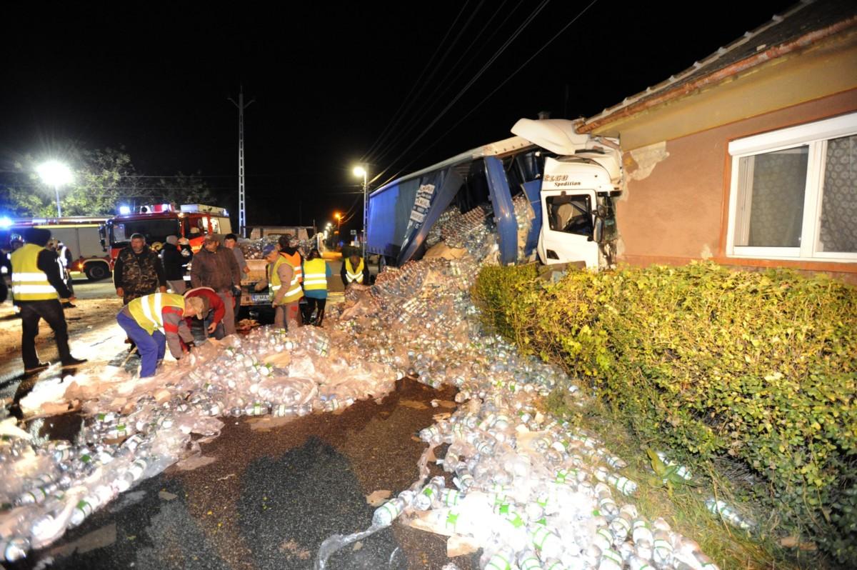 Családi házba csapódott és összetört, ásványvizet szállító kamion Albertirsán 2018. november 15-én. A balesetben a sofőr megsérült.