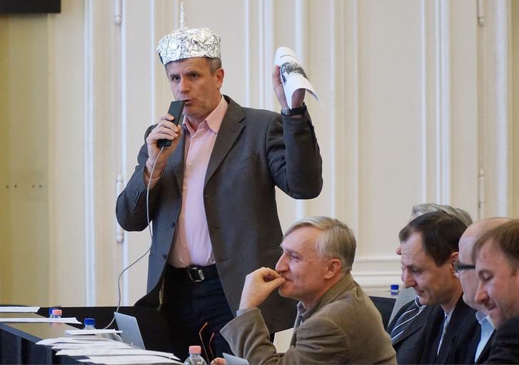 Varga Zoltán, a DK debreceni önkormányzati képviselője alufóliasisakban szólal fel a fideszes városvezetés sorosozása közepette 2018. január 25-én.