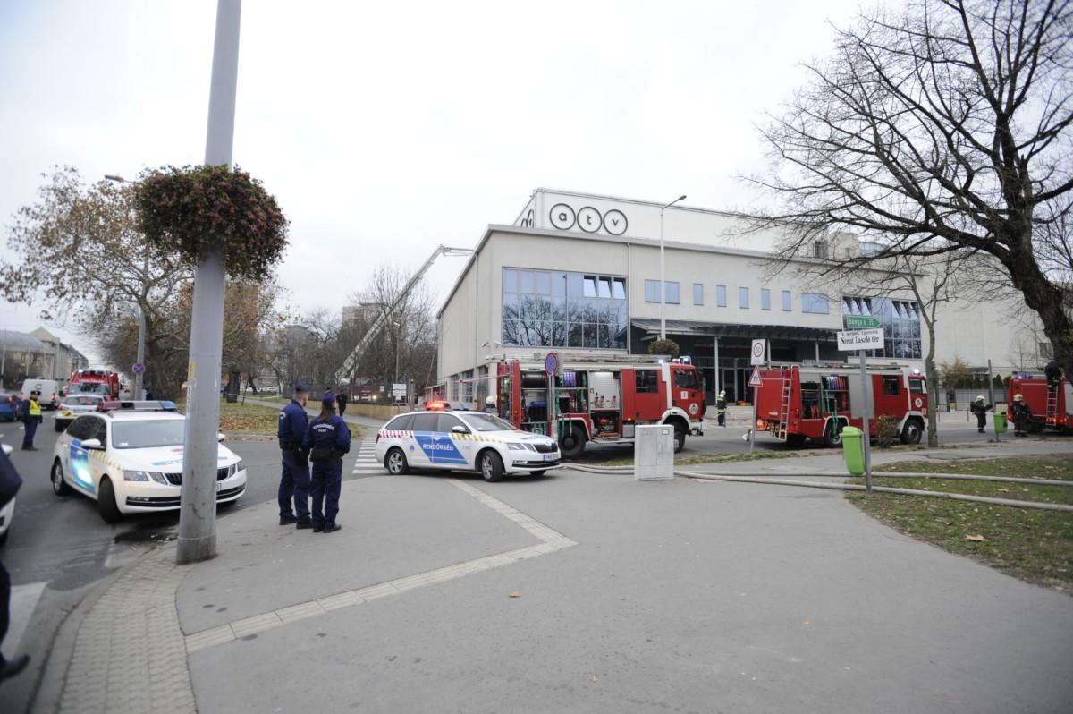 Tűzoltók dolgoznak a kigyulladt ATV-székház tetején még izzó részek oltásán a főváros X. kerületében, a Kőrösi Csoma Sándor úton 2018. november 30-án.