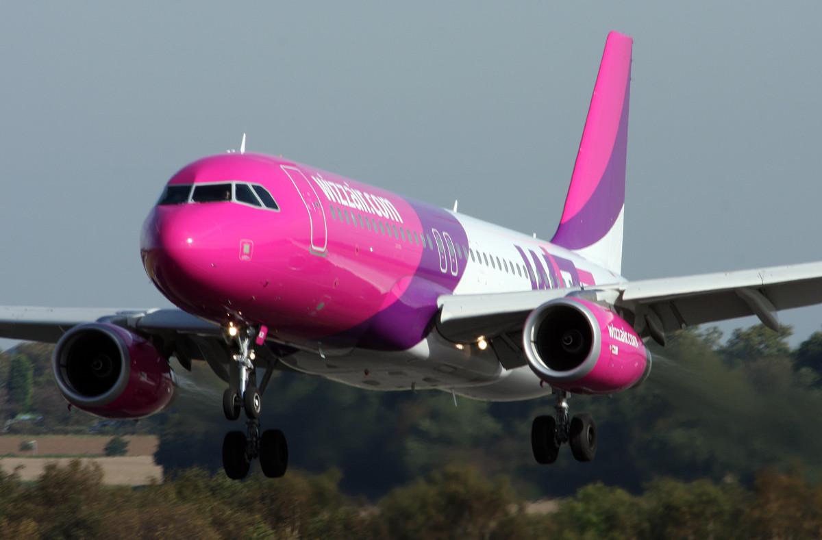 Pénzbüntetést kapott a két részeg, repülőgépen verekedő lett férfi