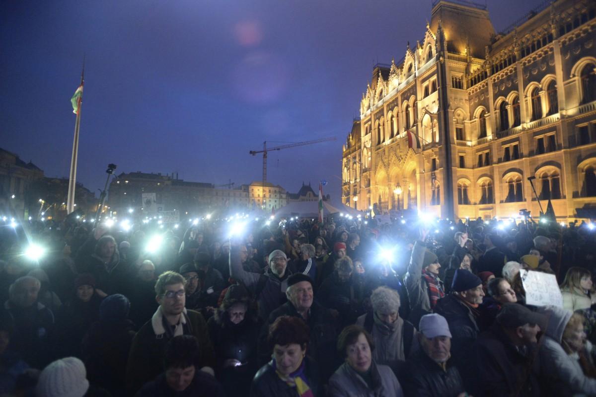 A Tüntetés a tudomány és az oktatás szabadságáért elnevezésû demonstráció résztvevői Budapesten, a Parlament előtti Kossuth téren 2018. november 24-én.