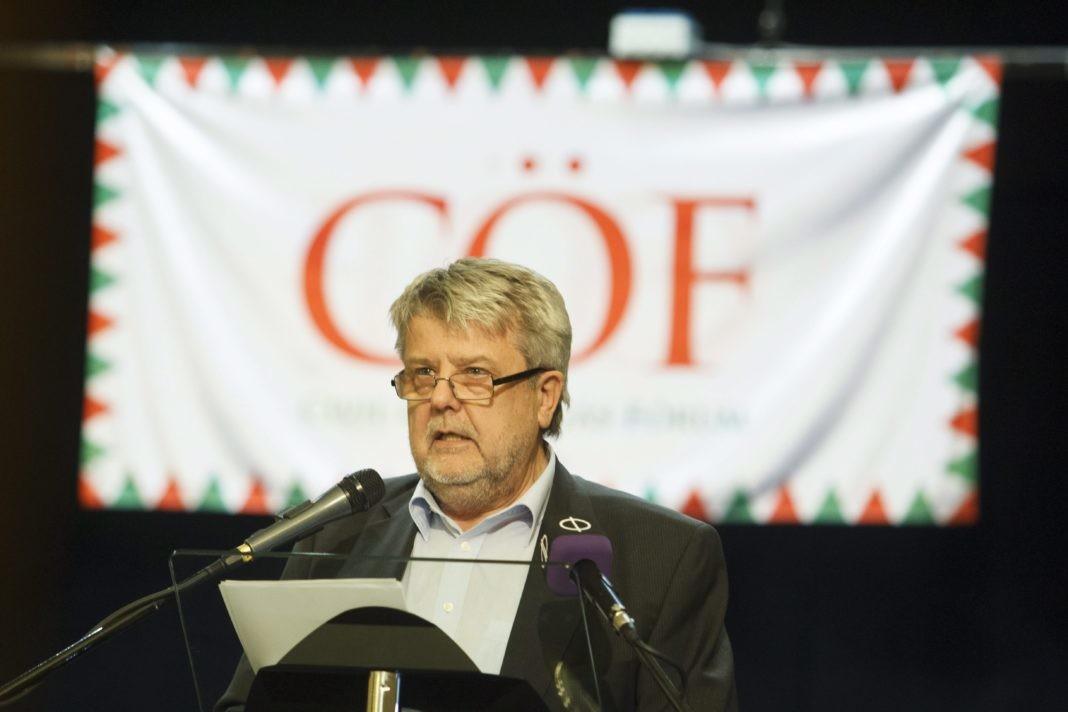 Csizmadia László, a Civil Összefogás Fórum (CÖF) elnöke beszédet mond a CÖF és a Békemenet-szervezõk civil autós zarándoklatának sümegi állomásán 2015. március 23-án.