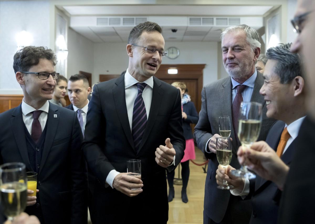 Cser-Palkovics András, Székesfehérvár fideszes polgármestere, Szijjártó Péter külgazdasági és külügyminiszter, Páva Zsolt, Pécs fideszes polgármestere és Min Szung, a Hanon Systems elnökhelyettese (b-j) beszélget a Hanon Systems Hungary Kft. beruházásáról tartott sajtótájékoztatón a Külgazdasági és Külügyminisztériumban 2018. november 29-én.
