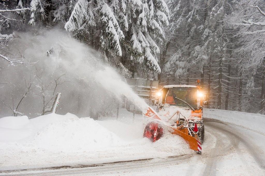 Hókotró takarítja a havat Kékestetőn 2018. február 14-én.