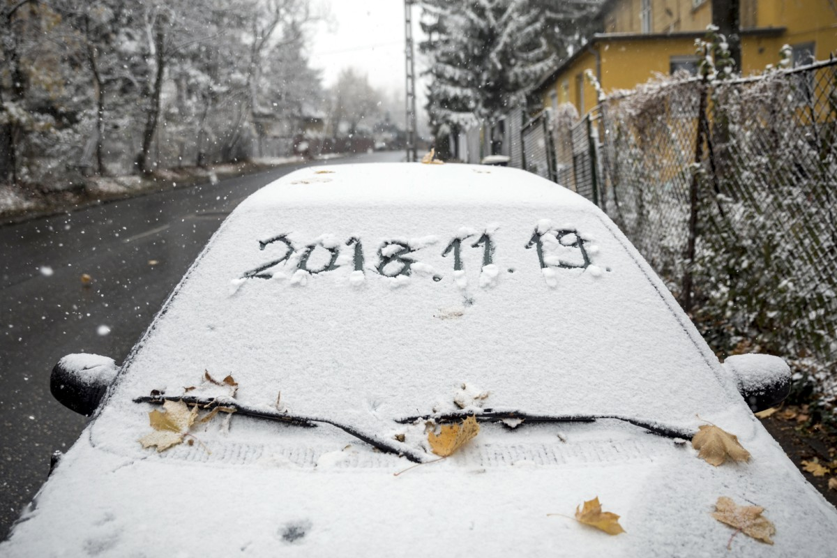 Behavazott autó Budapesten, a Normafa közelében, az Eötvös úton 2018. november 19-én.