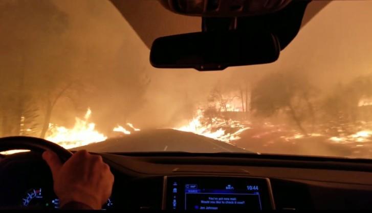 Megrázó videón, ahogy keresztülhajtanak autóval a kaliforniai tűzvészen