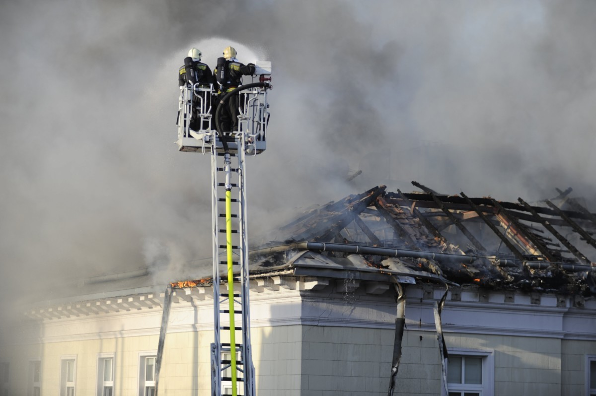Tűzoltók dolgoznak 2018. november 17-én Budapest VI. kerületében, a Teréz körúton, ahol mintegy kétszáz négyzetméteren ég egy négyemeletes épület tetőszerkezete.
