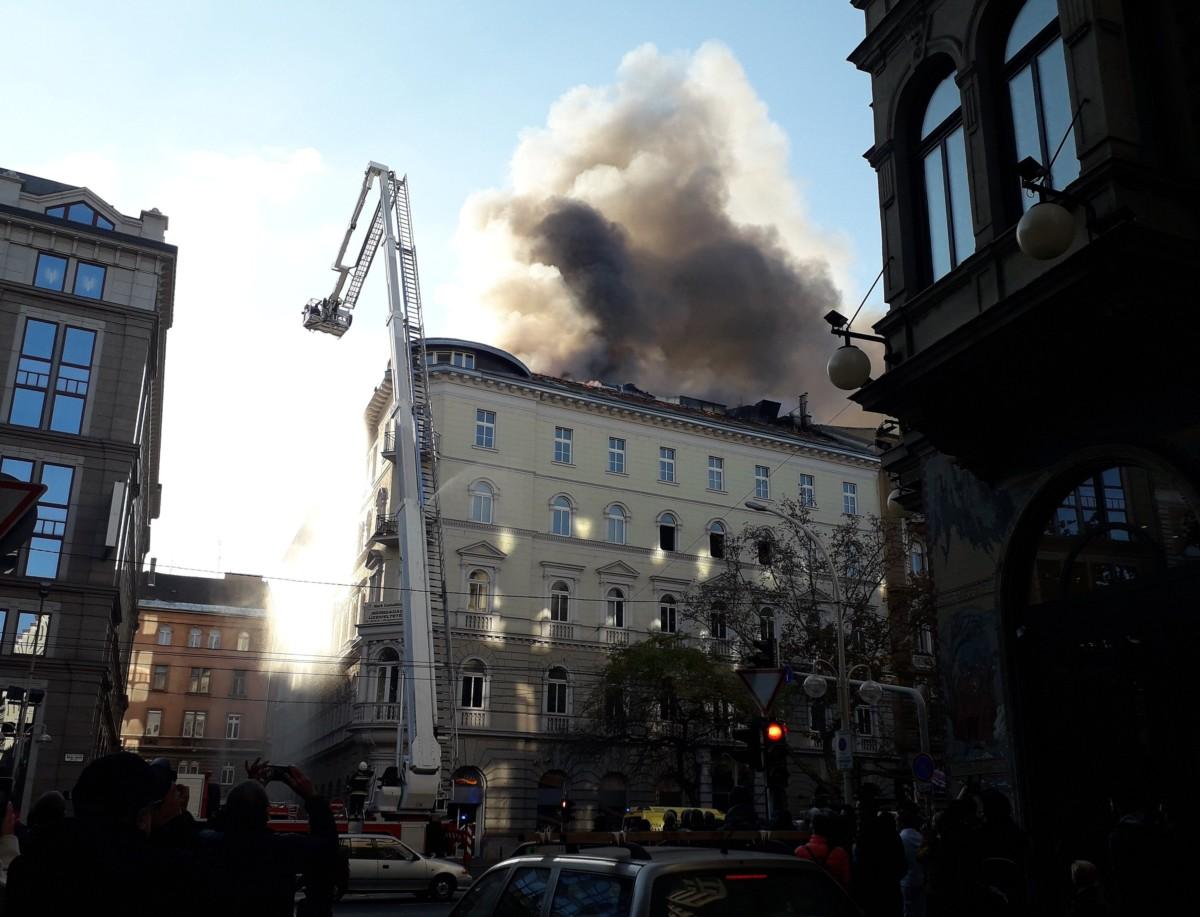 Füst gomolyog 2018. november 17-én Budapest VI. kerületében, a Teréz körúton, ahol mintegy kétszáz négyzetméteren ég egy négyemeletes épület tetőszerkezete. A tűzoltók megkezdték a lángok oltását.