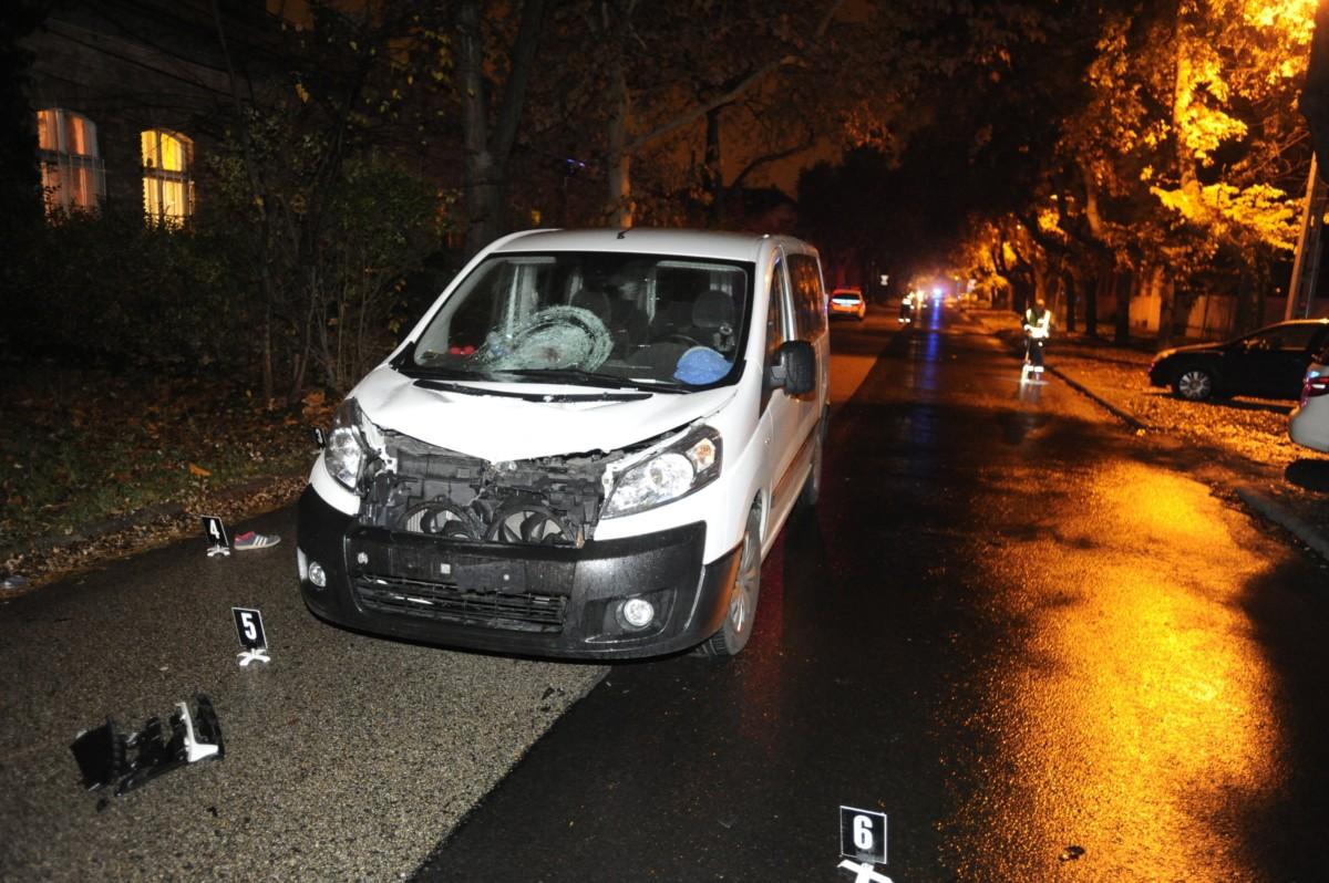 Összetört személyautó a főváros XIX. kerületében, Kispesten, a Vas Gereben utcában, ahol a gépjármű halálra gázolt egy nőt 2018. november 19-én.