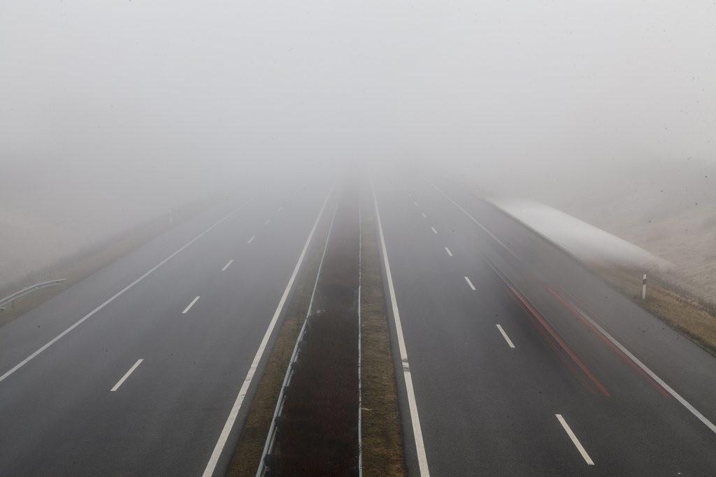 Autók a ködben az M7-es autópályán Becsehelynél 2016. január 29-én.