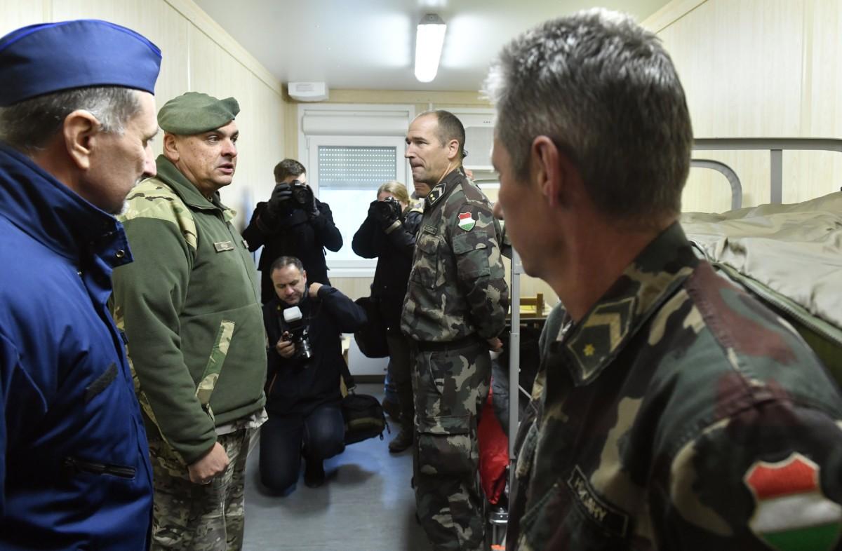 Balogh János országos rendőrfőkapitány (b) és Korom Ferenc vezérkari fõnök (b2) katonák között a Magyar Honvédség határ menti ellenőrző gyakorlatán a madarasi határvédelmi bázison 2018. november 29-én. A honvédség 72 órás készenlét-ellenőrzési gyakorlatot tart november 28. óta a határvédelmi bázison, ezzel is támogatva a rendőrség munkáját.