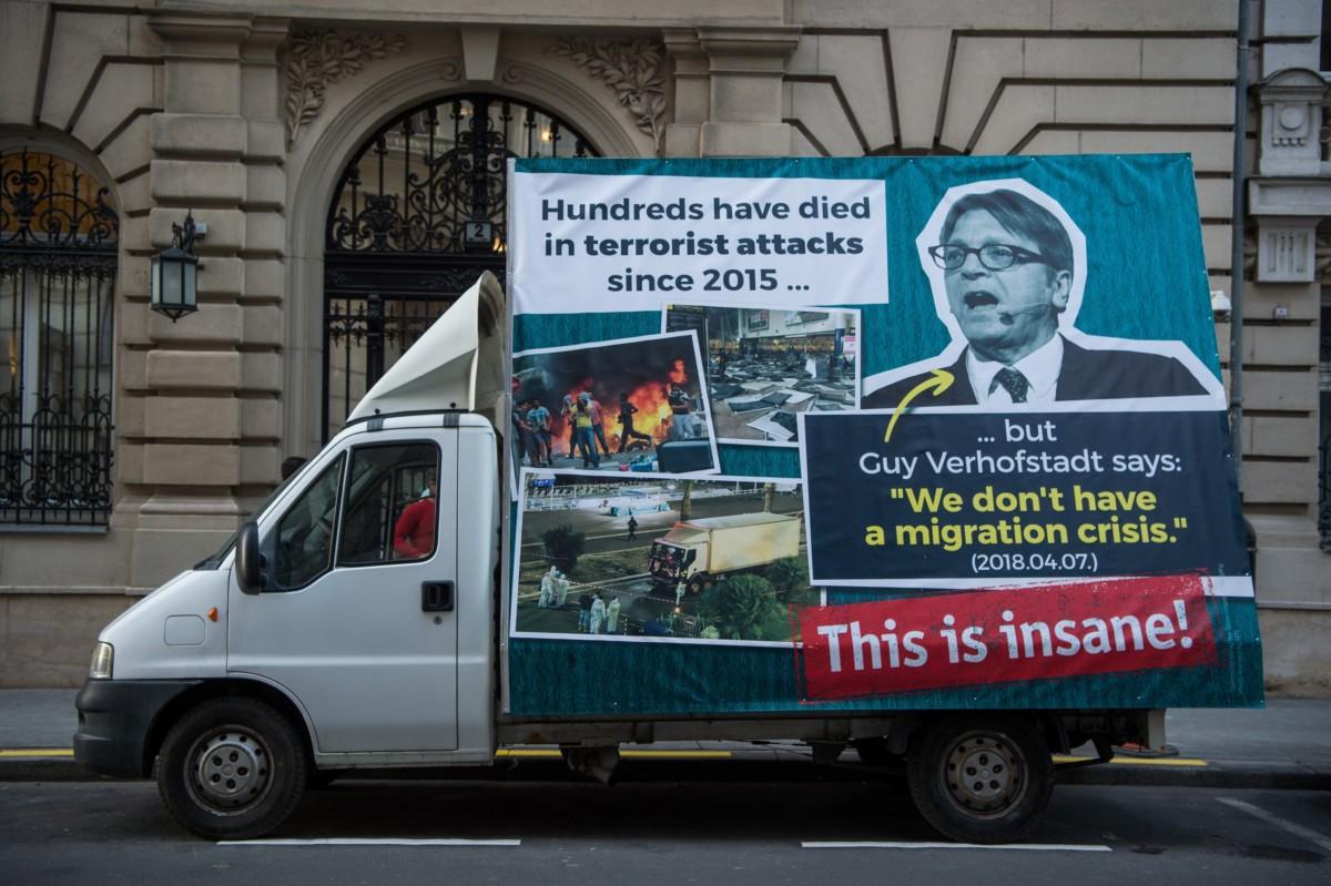Kisteherautó óriásplakáttal a Miniszterelnökség előtt, amelyet Kovács Zoltán kormányszóvivő mutatott be a Kormányinfó sajtótájékoztatón 2018. november 28-án.