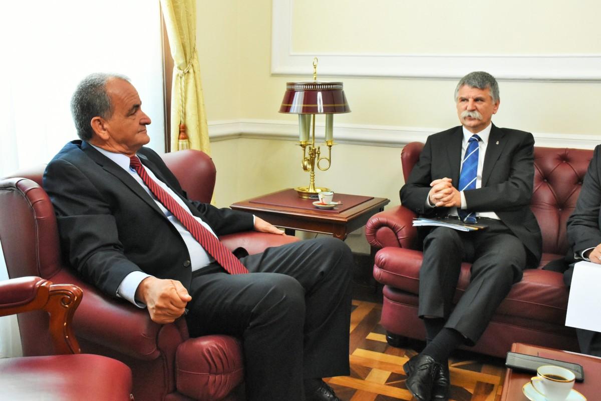 Az Országgyűlés Sajtóirodája által közzétett képen Atilano Alonso Giraldo, a kolumbiai képviselőház első alelnöke (b) fogadja Kövér Lászlót, az Országgyűlés elnökét Bogotában 2018. november 6-án.