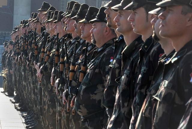 Önkéntes tartalékos katonák eskütételhez sorakoznak a Hősök terén 2012. október 4-én.