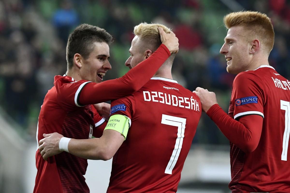 A gólszerző Nagy Ádámot ünnepli Dzsudzsák Balázs és Kalmár Zsolt (b-j) a labdarúgó Nemzetek Ligája csoportkörének utolsó fordulójában játszott Magyarország - Finnország mérkőzésen a budapesti Groupama Arénában 2018. november 18-án.