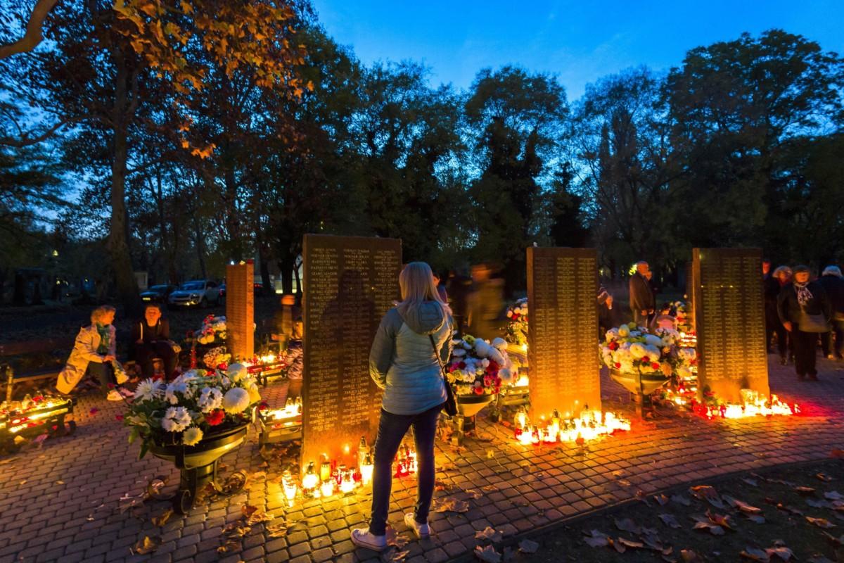 Emlékezők a Fiumei úti sírkert szóróparcellájánál mindenszentek napján, 2018. november 1-jén.