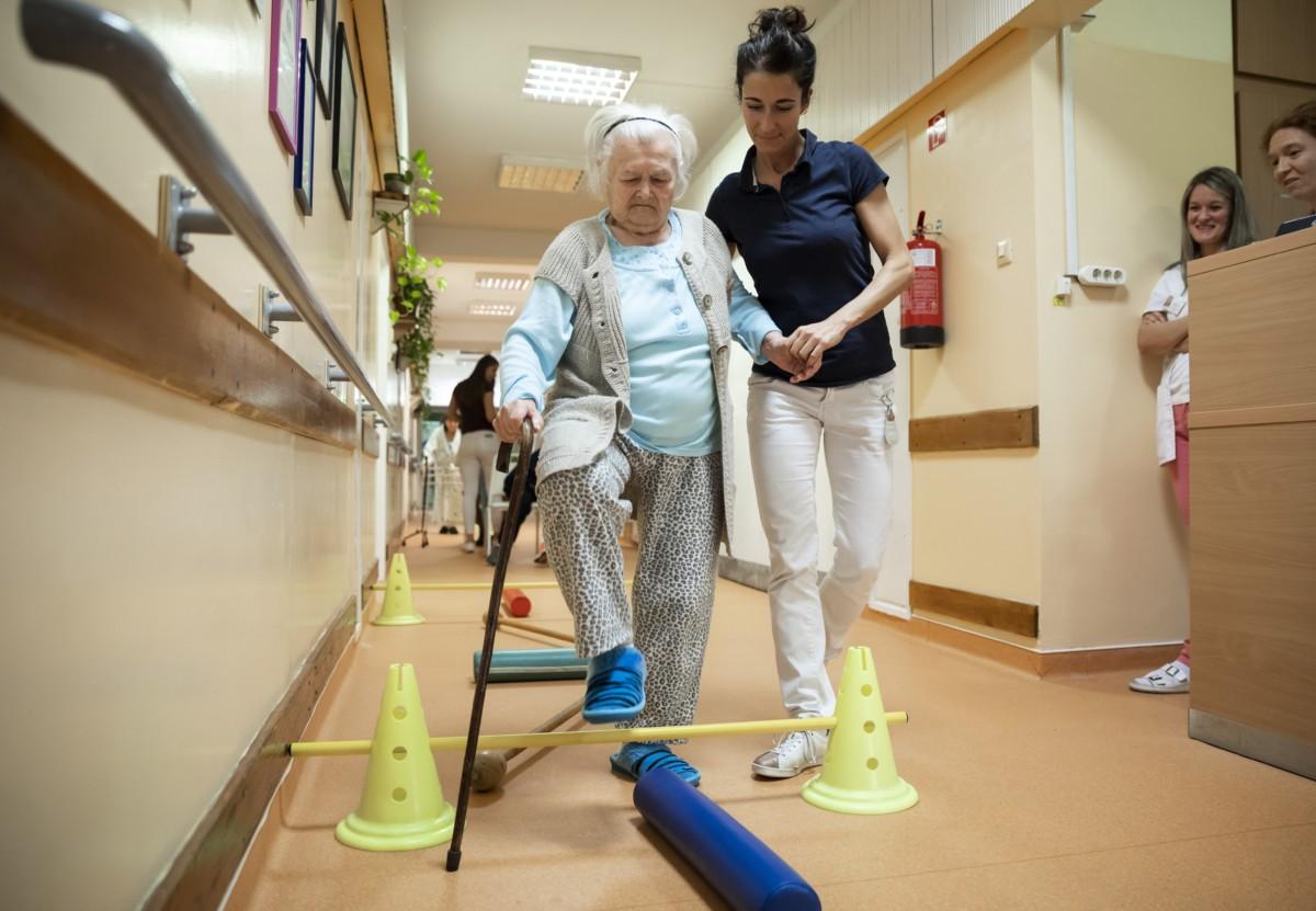Gyógytornász foglalkozik egy beteggel budapesti Szent Margit Kórház felújított mozgásszervi rehabilitációs osztályán az átadás napján, 2018. november 29-én.