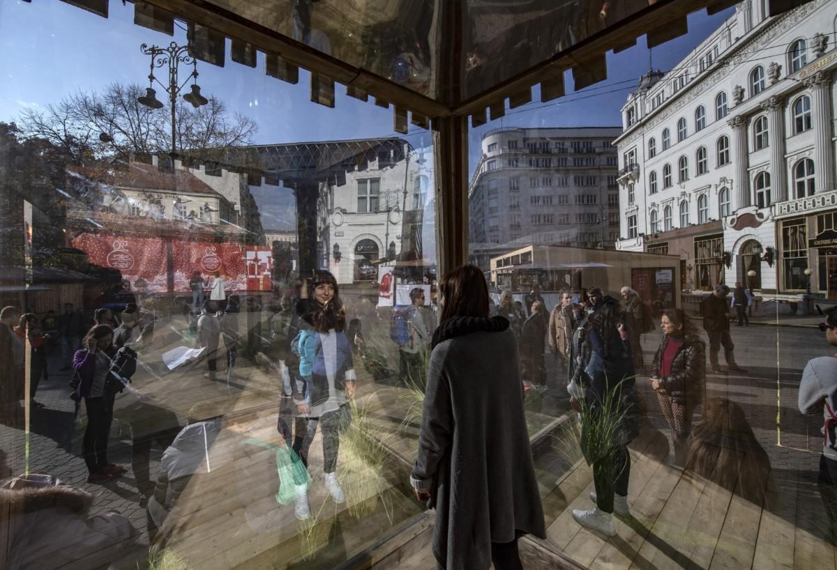 Vendégek a Budapesti Adventi és Karácsonyi Vásáron a megnyitó napján az V. kerületi Vörösmarty téren 2018. november 9-én.