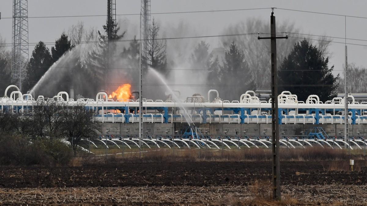 Vízsugarakkal oltják a tüzet a Magyar Földgáztároló Zrt. hajdúszoboszlói gáztározójában 2018. november 20-án. A gáz hajnalban lobbant be technológiai meghibásodás miatt. A hibás vezetéket leválasztották, ám a csőben lévő gáz még táplálja a lángokat.