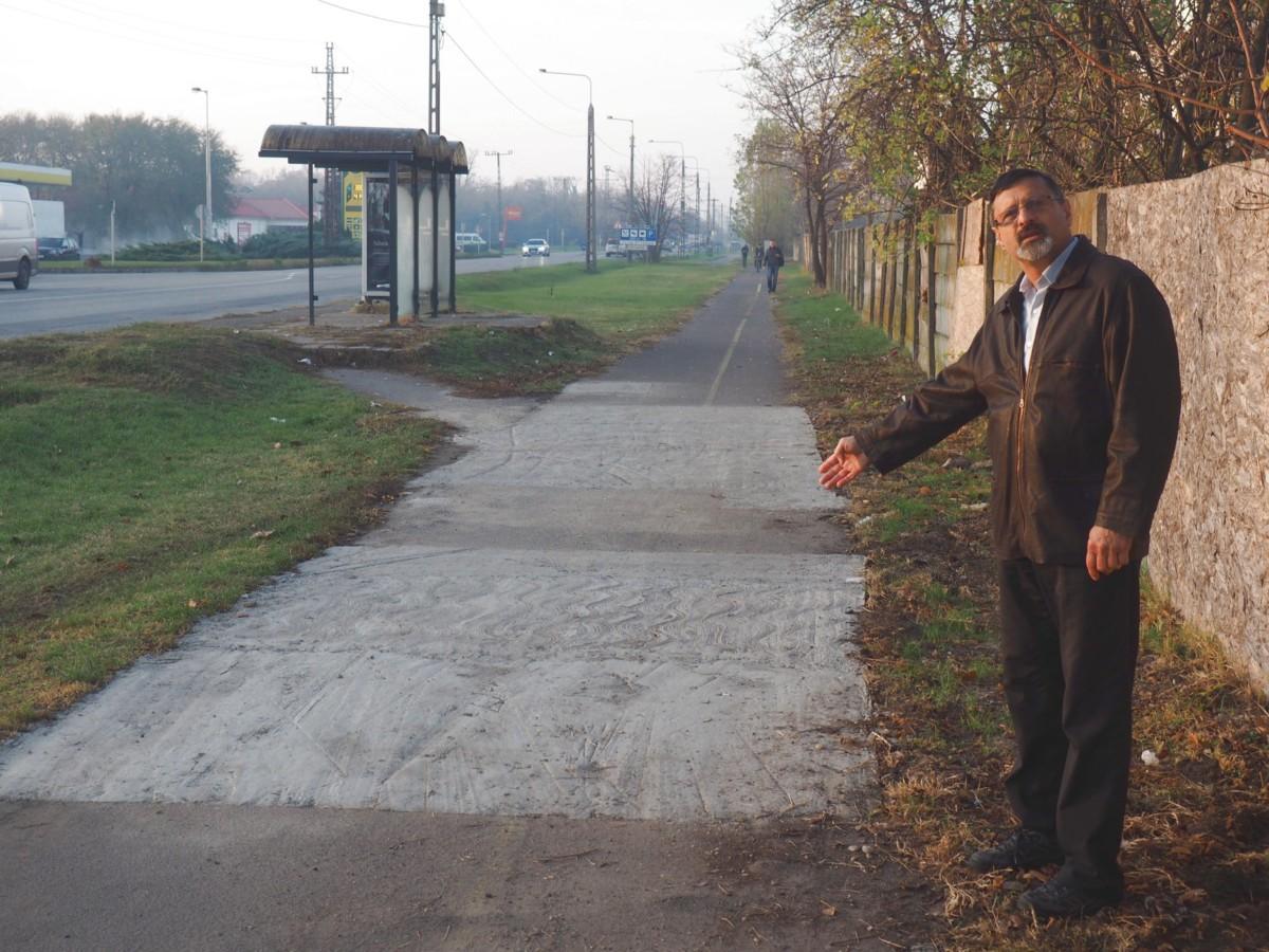 Illés Sándor (Fidesz-KDNP) manuális rámutatással prezentálja az elkészült művet.