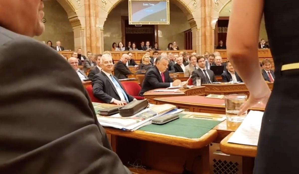 """""""Hallgass már!"""" – Németh Szilárdot tanítgatták a parlamentben kulturált vitára"""