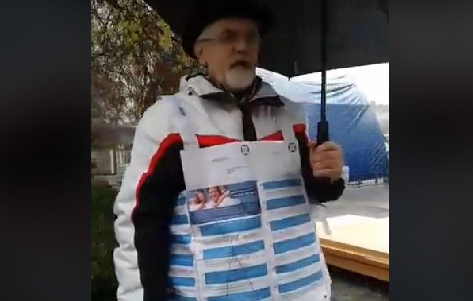 Nemzeti konzultációba öltözött egy ember Szombathely főterén