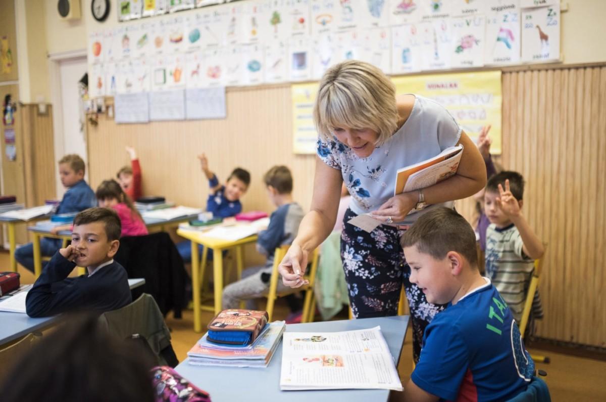 Legényné Balogh Ágota tanítónő, történelemtanár órát tart másodikos osztályában, a nyíregyházi Móricz Zsigmond Általános Iskolában 2017. október 5-én, a pedagógusok világnapján.