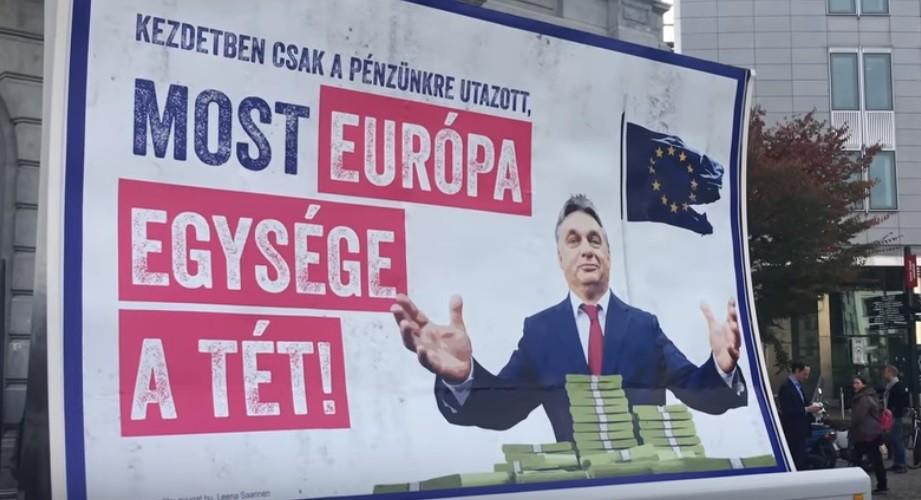 Felcsútra, a miniszterelnök házához jön a Brüsszelt járó Orbán-plakát