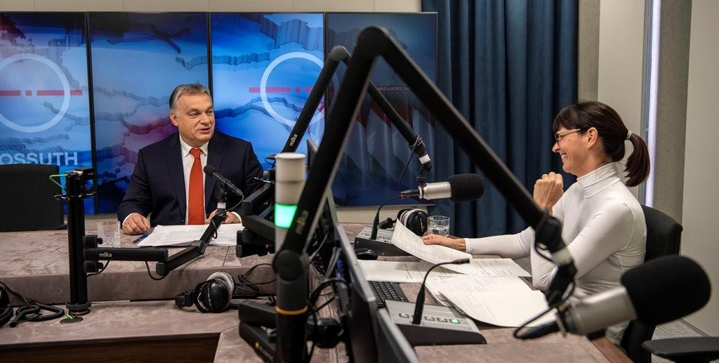 Orbán Viktor a Kossuth rádió Jó reggelt, Magyarország! című műsorában, aki visszamosolyog rá, az Nagy Katalin műsorvezető.