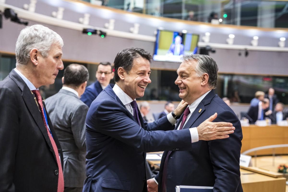 A Miniszterelnöki Sajtóiroda által közreadott képen Orbán Viktor miniszterelnök (j) és Giuseppe Conte olasz kormányfő (k) a rendkívüli Brexit-csúcson Brüsszelben 2018. november 25-én.