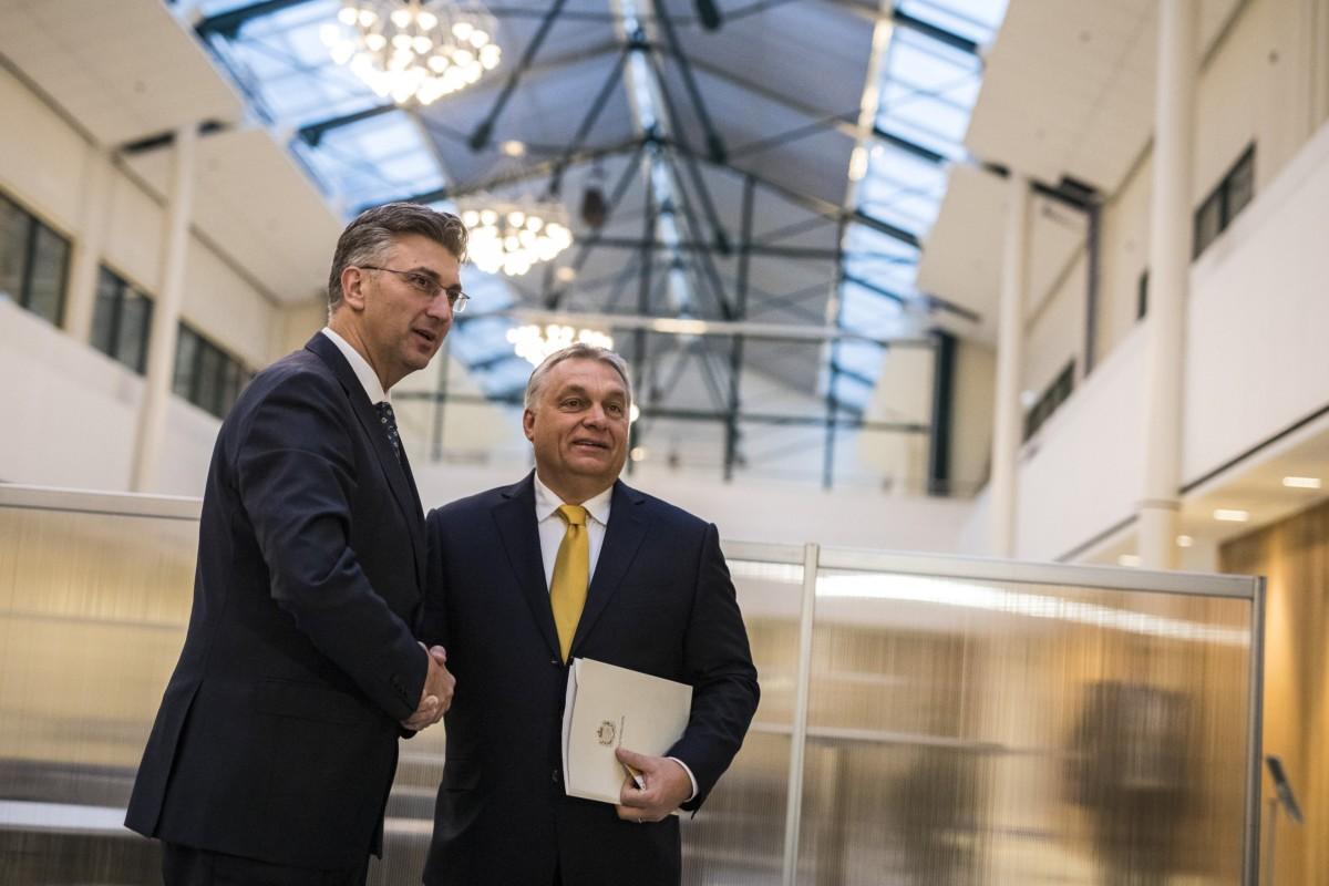 A Miniszterelnöki Sajtóiroda által közzétett képen Orbán Viktor magyar kormányfő (j) és Andrej Plenkovic horvát kormányfő kezet fog tárgyalásuk előtt az Európai Néppárt (EPP) kétnapos kongresszusának nyitónapján Helsinkiben 2018. november 7-én.
