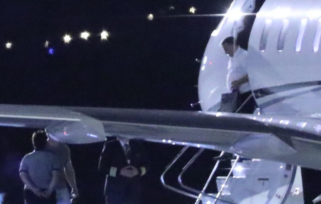 Orbán Viktor miniszterelnök kilép az OE-LEM lajstromjelű magánrepülőből a ferihegyi repülőtéren 2018. július 25-én, kezében a Ludogorec-logós ajándéktáska.