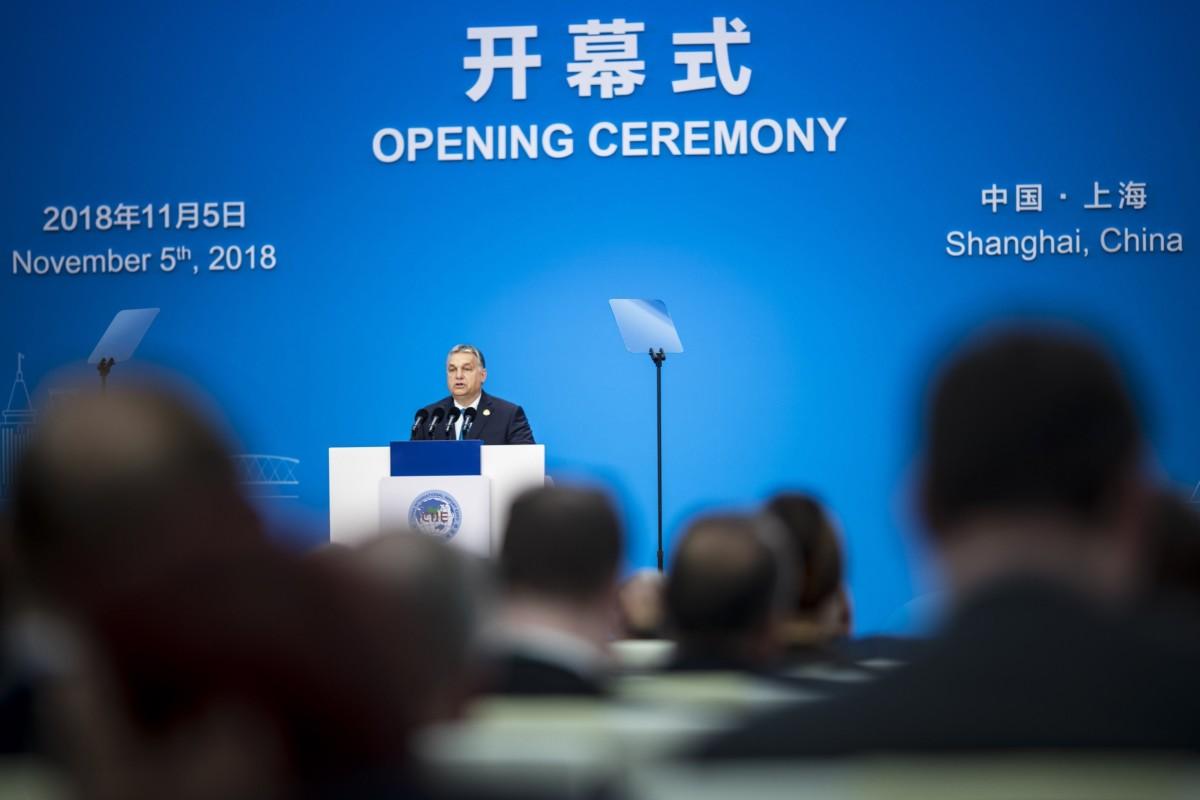 A Miniszterelnöki Sajtóiroda által közzétett képen Orbán Viktor kormányfő beszédet mond Sanghajban, az első Kínai Nemzetközi Import Expón (CIIE) 2018. november 5-én.