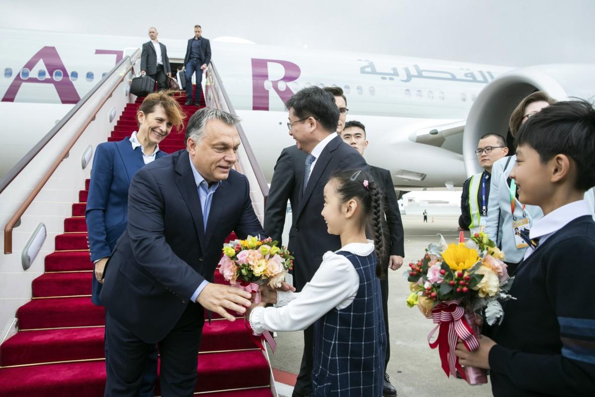 A Hszinhua kínai ügynökség által közreadott képen Orbán Viktor miniszterelnök (b) és felesége, Lévai Anikó a sanghaji repülőtérre érkezik 2018. november 4-én. Orbán Viktor a november 5-én Sanghajban megnyíló első Kínai Nemzetközi Import Expo (CIIE) eseményein vesz részt.