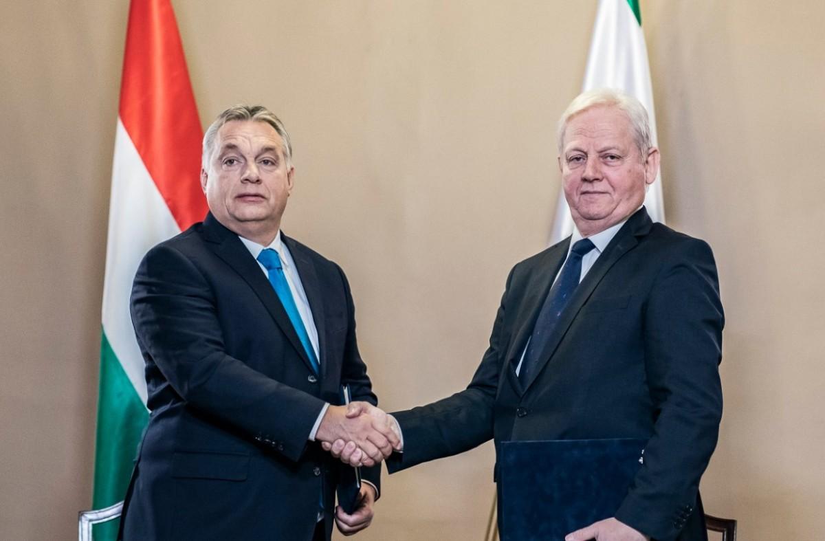 Orbán Viktor miniszterelnök (b) és Tarlós István főpolgármester kezet fog, miután megállapodást írtak alá a főváros napja alkalmából tartott ünnepségen az Újvárosházán 2018. november 17-én.