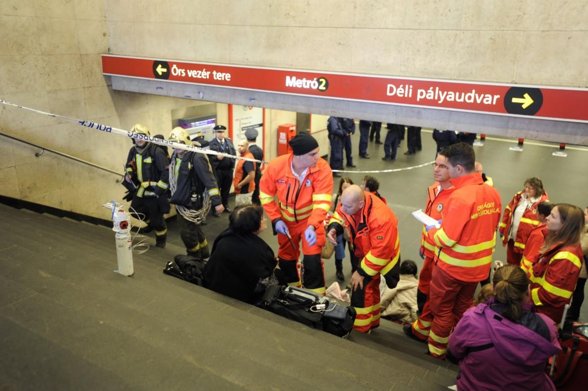 Mentõk dolgoznak a 2-es metró Puskás Ferenc Stadion állomásánál, miután valaki paprikaspray-t fújt ki az egyik szerelvényben 2018. november 24-én. Többen rosszul lettek, az utasokat emiatt ki kellett menekíteni, a szerelvényt vészfékkel állították meg.