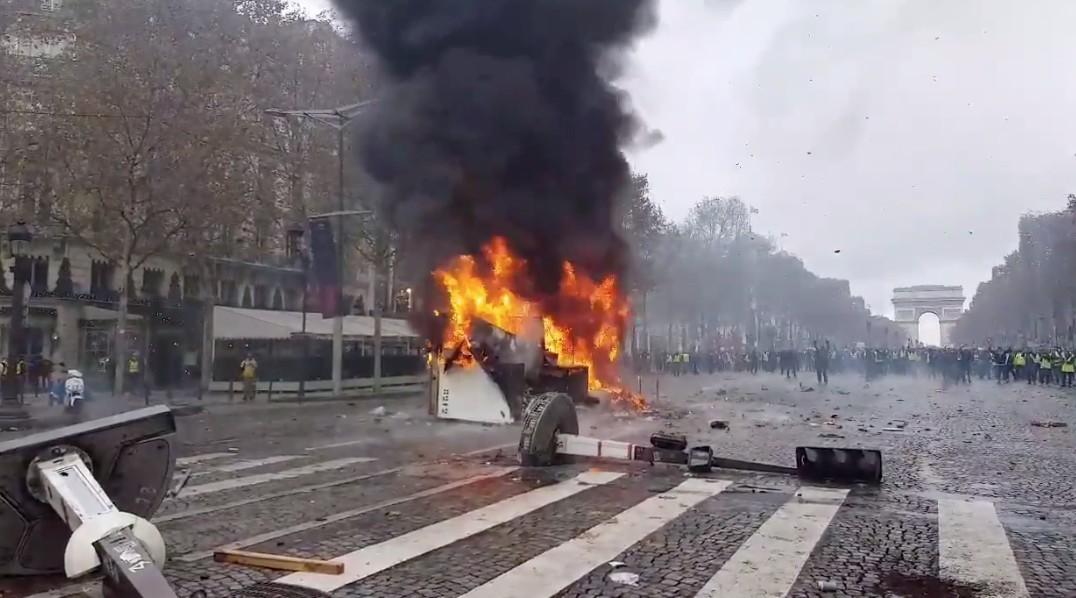 Háborús állapotok Párizsban: összecsaptak a sárga mellényesek közé keveredő szélsőségesek a rendőrökkel